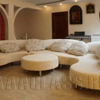полукруглый диван для гостиной в интерьере