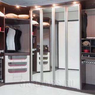 Гардеробная на заказ в доме с аксессуарами Vibo от мебельного ателье ААА-Классика в Москве