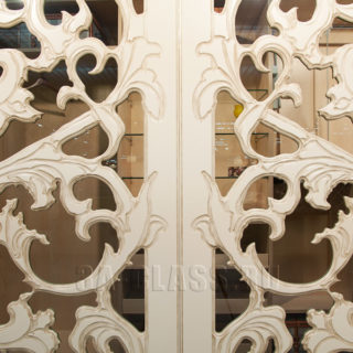 Оригинальные двери-купе с фрезеровкой на заказ от мебельного ателье ААА-Классика