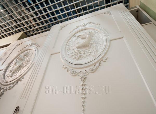 узкий белый шкаф-купе из мдф с барельефом на заказ в Москве от мебельного ателье ААА-Классика