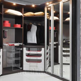 Элитная гардеробная на заказ в частном доме в Москве от мебельного ателье ААА-Классика