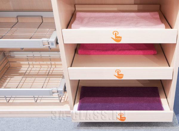 Маленькая гардеробная комната на заказ небольшого размера от мебельного ателье ААА-Классика