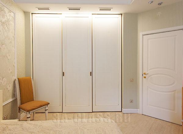 Шкаф-купе из окрашенного МДФ с золотой патиной на заказ от мебельного ателье ААА-Классика в Москве