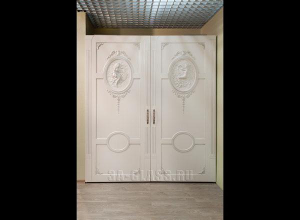 Шкаф-купе из мдф на заказ с декором на дверях от мебельного ателье ААА-Классика в Москве
