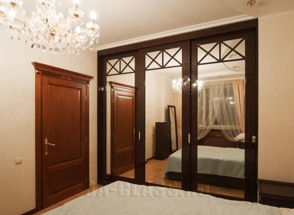 Глянцевый шкаф-купе на заказ из мдф с зеркалами от мебельного ателье ААА-Классика в Москве