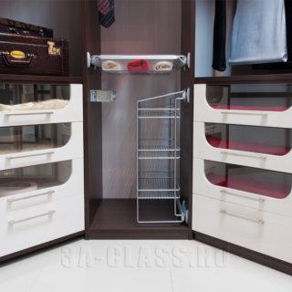 Стеклянные элементы в оформлении гардеробной комнаты