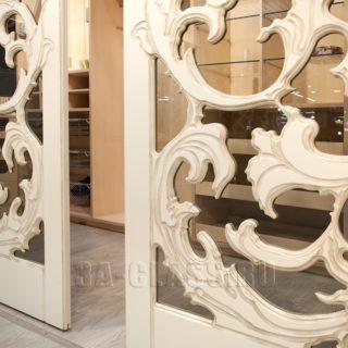 Узорчатые двери-купе из стекла и дерева на заказ от мебельного ателье ААА-Классика в Москве