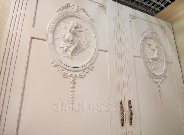 Узкий шкаф купе из мдф с художественным панно на заказ в Москве от мебельного ателье ААА-Классика
