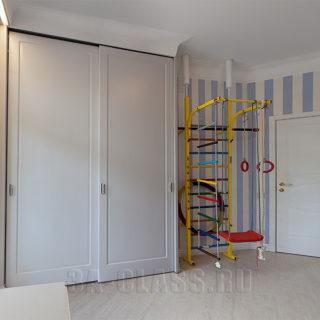 Вместительный и практичный шкаф-купе из мдф в детскую комнату на заказ от мебельного ателье ААА-Классика в Москве