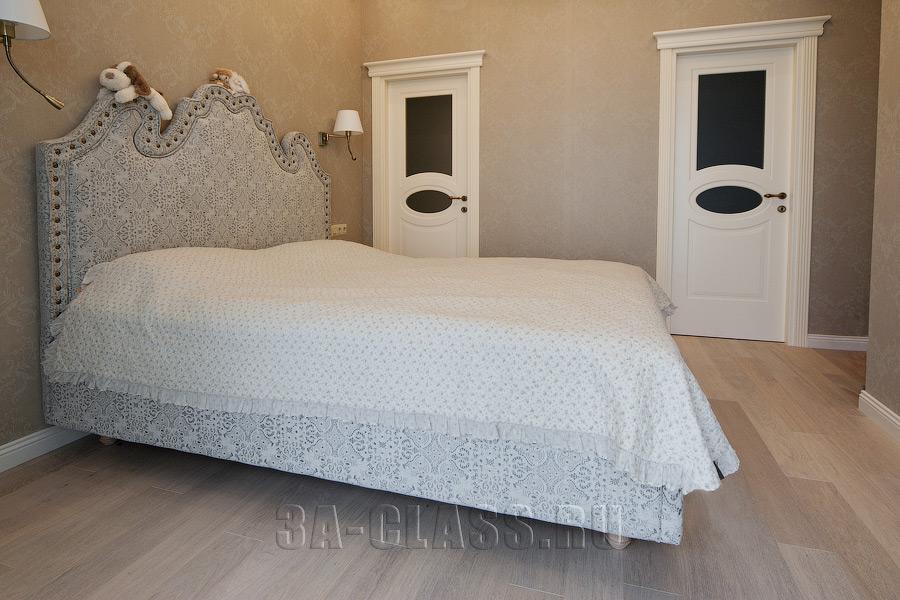двуспальная белая кровать с высоким мягким изголовьем на заказ