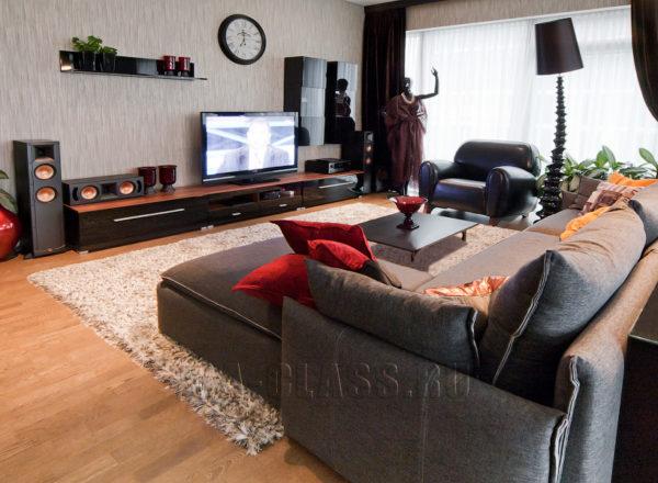 Гостиная с диваном, столиком и креслами