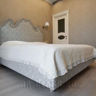 двуспальная белая кровать с высоким мягким изголовьем на заказ по индивидуальному проекту в Москве