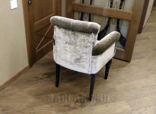 Кресло на деревянных ножках