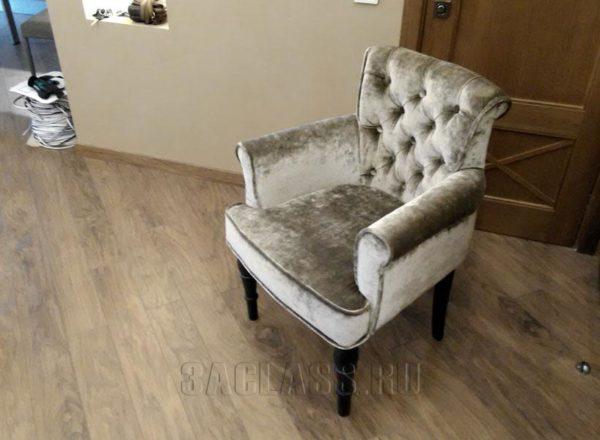Уютное кресло с подлокотниками
