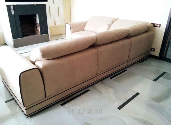 широкий кожаный диван