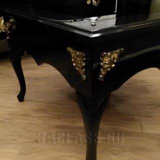 Кофейный столик с фигурными ножками