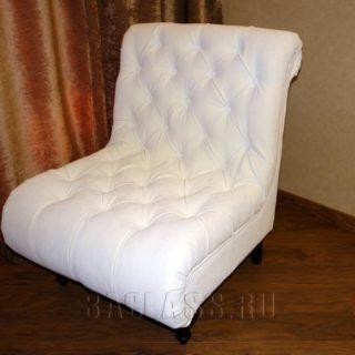 белое кресло с каретной стяжкой и опорами из массива бука на заказ по индивидуальным размерам в мебельном ателье ААА-Классика в Москве