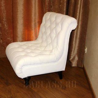 белое кресло с каретной стяжкой из массива бука на заказ по индивидуальным размерам в Москве от мебельного ателье ААА-Классика