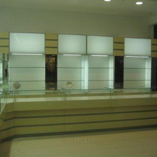 Длинный цельный прилавок-витрина