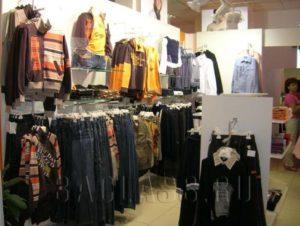 Меблировка магазина одежды