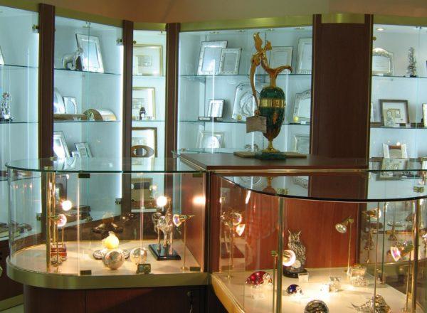 торговая мебель из стекла, дерева и металла