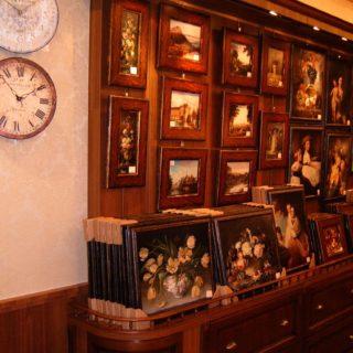 Торговая мебель со множеством шкафчиков и ящиков