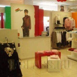 Торговая мебель в магазине одежды