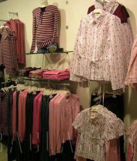Вешалки в магазине одежды
