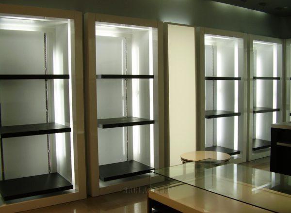 Встроенные витрины из стекла и дерева