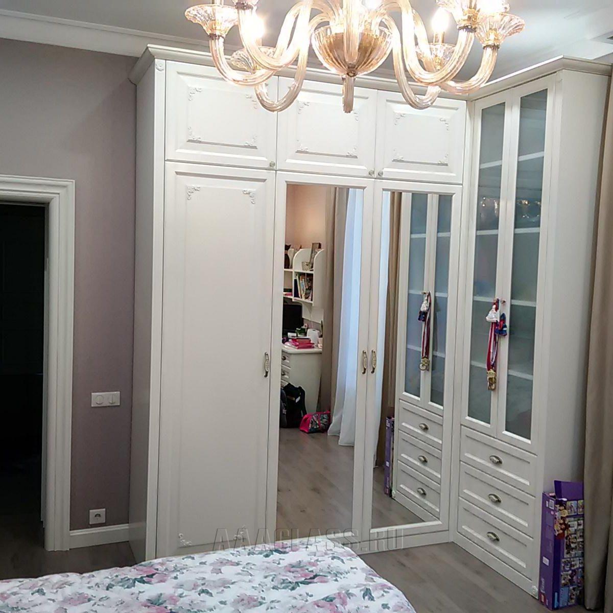 трехдверный шкаф с зеркалами на заказ по индивидуальному проекту от мебельного ателье ААА-Классика