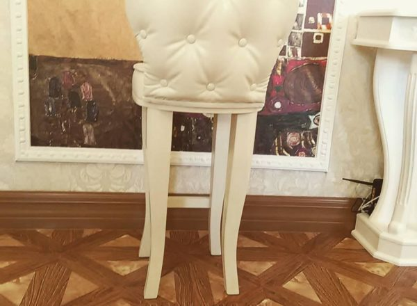 необычный деревянный стул