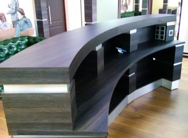 стойки ресепшн для офиса на заказ с подсветкой в московскую компанию от мебельного ателье ААА Классика