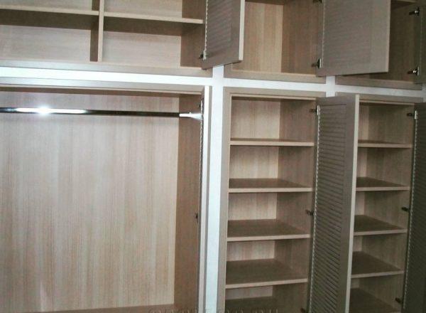 Вместительный классический шкаф