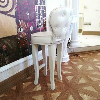 Высокий стул с фигурными ножками