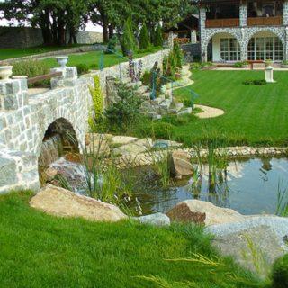 Озеро и мост во дворе