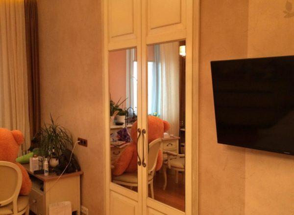 дизайнерский встроенный шкаф на заказ с декоративными элементами из массива дуба производства мебельного ателье ААА-Классика