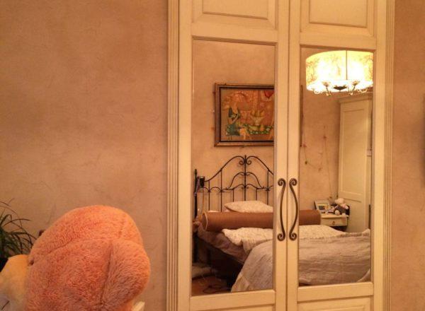 встроенный шкаф с зеркалом на заказ: резной фриз из массива дуба от мебельного ателье ААА-Классика