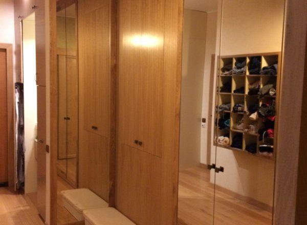 шкаф-гардероб на заказ в прихожую по индивидуальному проекту от мебельного ателье ААА-Классика