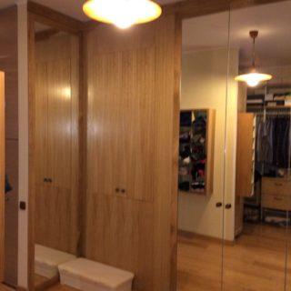 изготовление шкафа в гардеробную комнату по индивидуальному проекту, материалы: зеркало, натуральный дуб