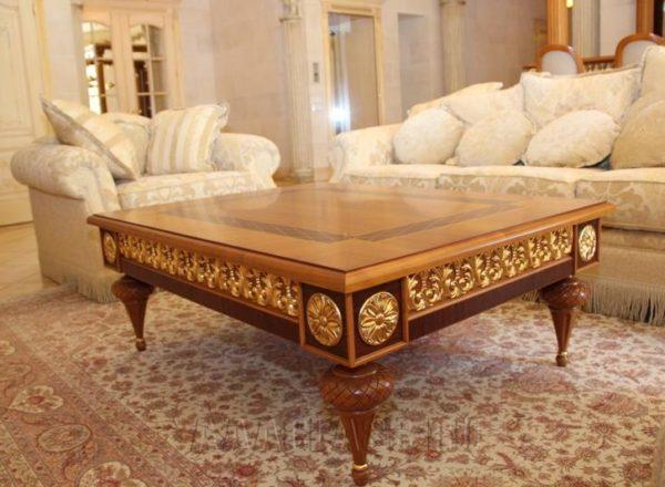 низкий деревянный столик