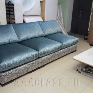 синий переливающийся диван