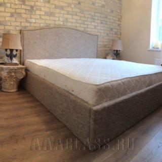 классическая кровать со спинкой