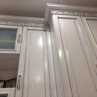 шкаф в гостиную на заказ из мдф с патиной по индивидуальным размерам в Москве