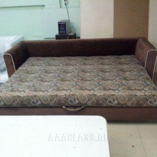 раскладной диван в темных тонах
