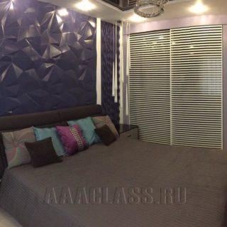 двуспальная темная кровать и другая мебель в спальню