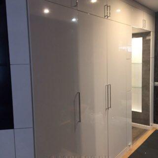 встроенный белый глянцевый шкаф на заказ от мебельного ателье ААА-Классика