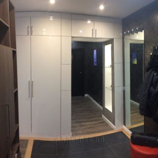 встроенный шкаф в проходе на заказ по индивидуальным размерам от мебельного ателье ААА-Классика