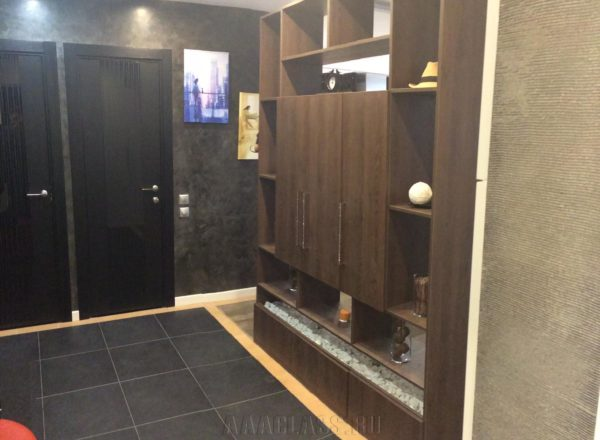 деревянный дизайнерский стеллаж для гостиой по индивидуальному заказу от мебельного ателье ААА-Классика в Москве