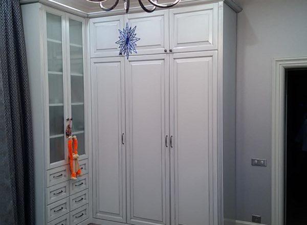 классический трехдверный шкаф на заказ от мебельного ателье ААА-Классика