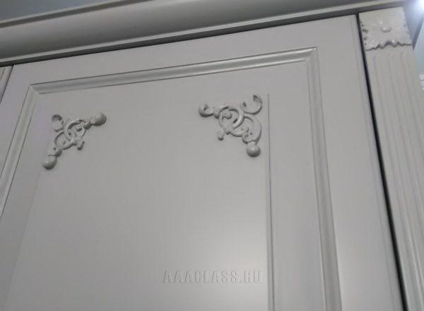распашной шкаф с патиной на заказ по индивидуальному проекту от мебельного ателье ААА-Классика